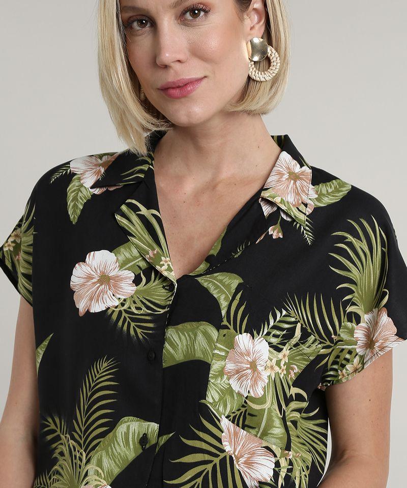 Camisa-Feminina-Estampada-Floral-Tropical-com-Bolso-Manga-Curta-Preta-9706658-Preto_4