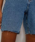 Bermuda-Jeans-Feminina-Cintura-Alta-Marmorizada-com-Rasgos-e-Barra-Destroyed-Azul-Medio-9985642-Azul_Medio_6